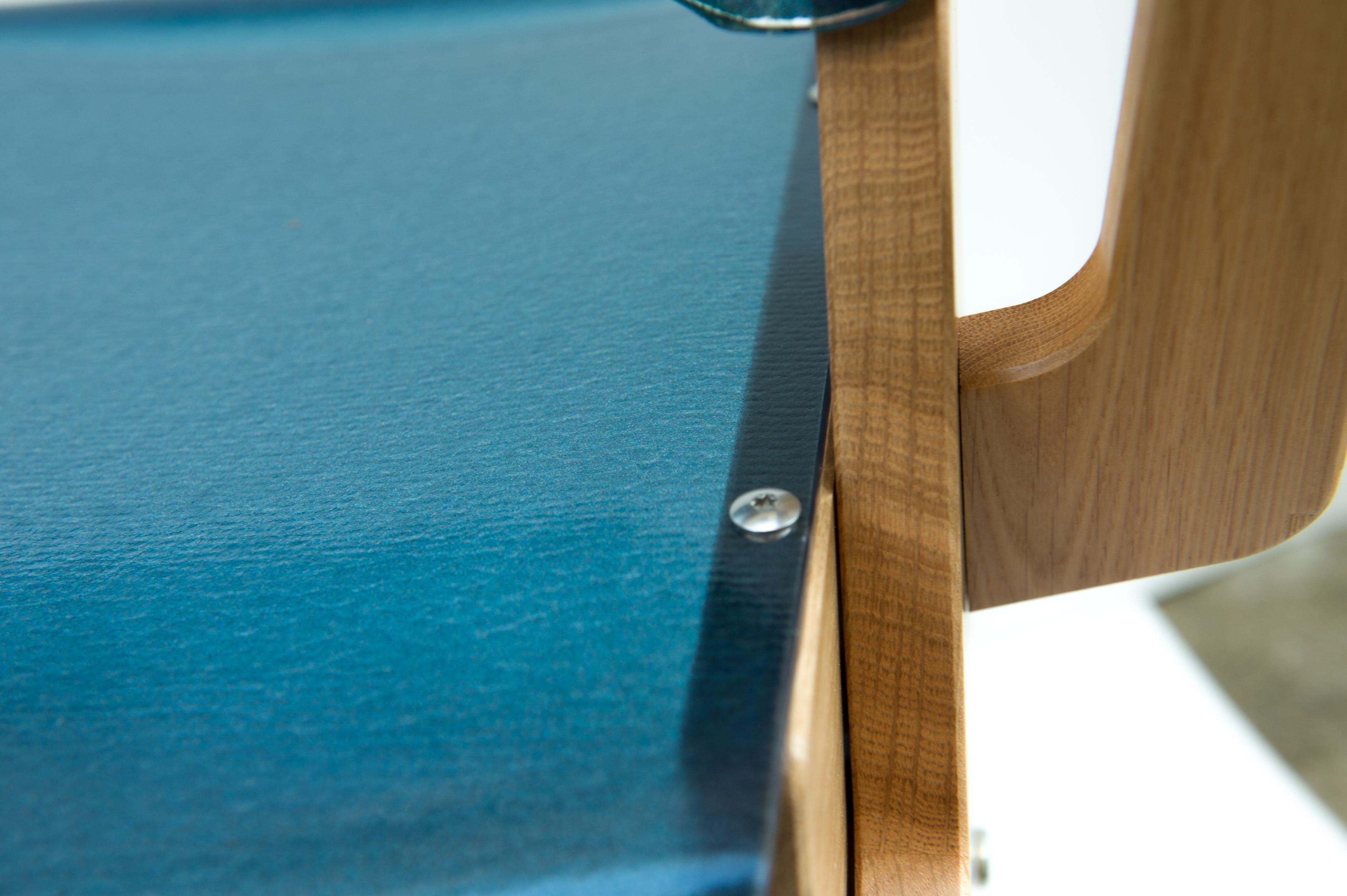 Gros plan sur la chaise évolutive française bleue
